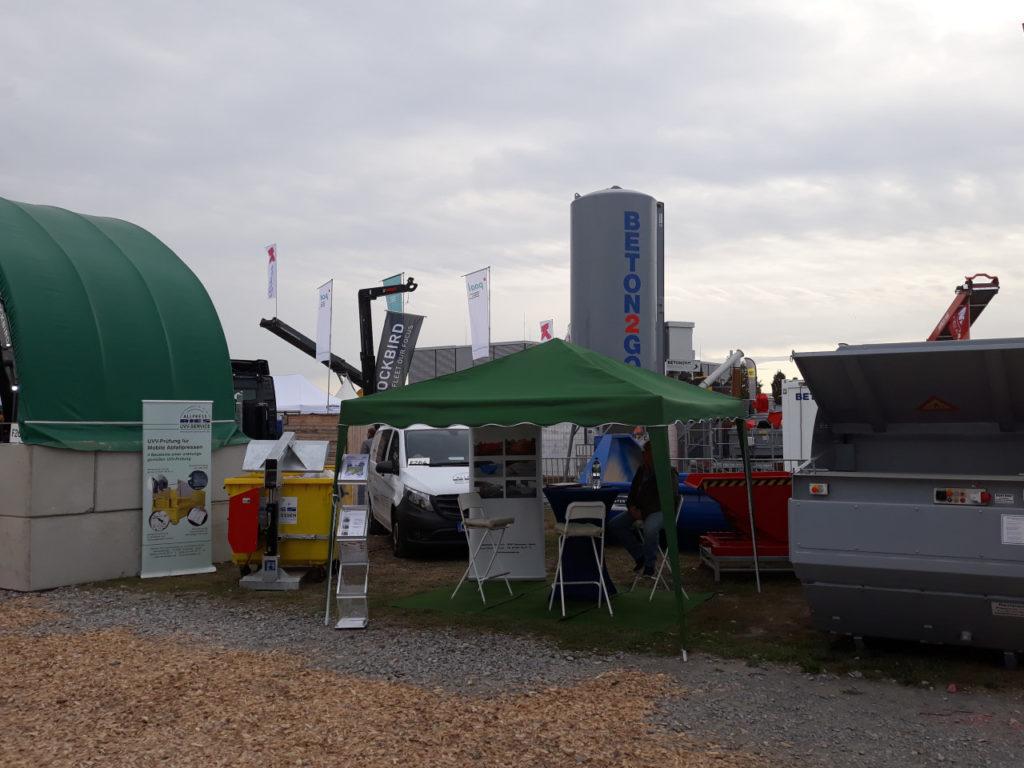 Allpress RIES stellt auf einem Stand auf der Messe RecyclingAKTIV in Karlsruhe sich und seine Produkte vor.