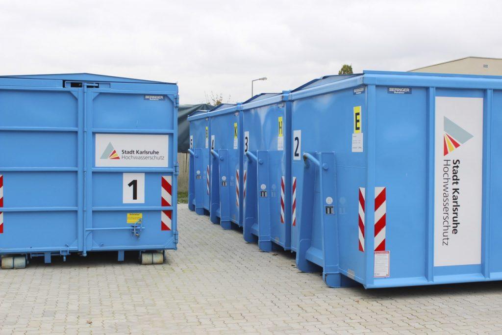Abrollcontainer von Allpress Ries für den Hochwasserschutz in Karlsruhe