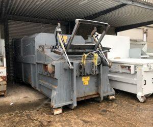 Mobile Abfallpresse mit 20 m³ Nutzinhalt für Abrollkipper mit angebauter Hubkippvorrichtung für 1100 Liter Behälter